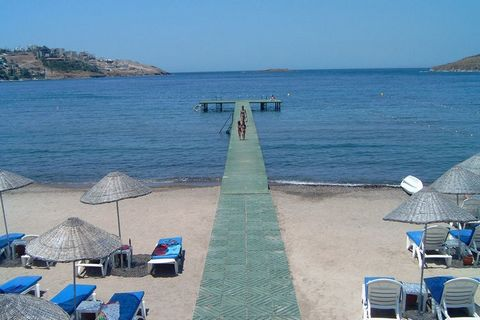 Belle villa située dans un quartier résidentiel calme avec une piscine commune, surplombant la baie et située à 10 minutes de marche de la plage de Ste Maxime. Cette maison d'angle de luxe pour 6 personnes est située dans Les Corallines, une résidenc...
