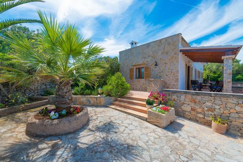 En Porto Colom, esta casa de pueblo con un sencillo y bello jardín, ubicada a apenas 1 km del mar, da la bienvenida a 6-7 huéspedes. La tranquilidad de la zona, la brisa marina y el olor a sal se palpan en el ambiente, ofreciendo el escenario perfect...