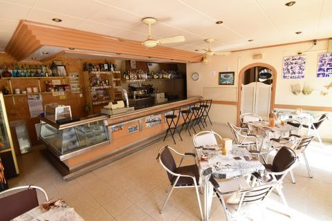 A restaurant for sale on second line of the beach in Calpe, In full operation, with licence and double fume extraction, just 50 m distance to the beach. This 200 sqm local, is situated at the ground floor of the building, South- East facing, just 50 ...
