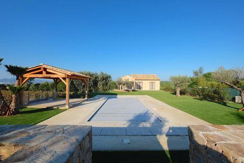 Villa de 220m2 environ, édifiée sur un terrain de 2269m2, comprenant 3 chambres avec salles de bains et dressing, un grand séjour et cuisine dans la m