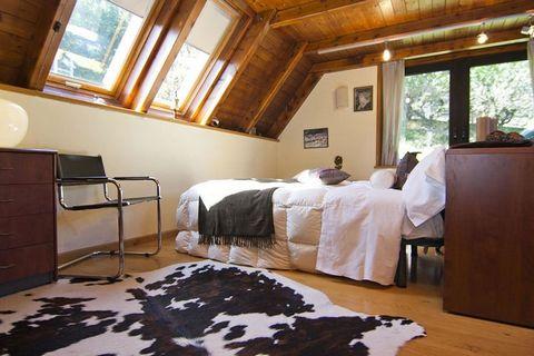 Mansión situada en Vall d'Aran a 1.000m de altitud y a tan sólo 5 min. a pie del centro del pueblo de Vielha. La casa, distribuida en dos plantas y un altillo, reúne todas las condiciones para disfrutar de una estancia agradable en un ambiente cálido...
