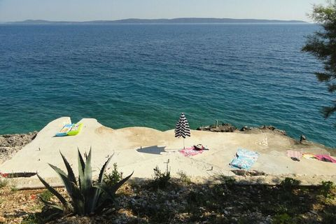 Relax in the sea region area of Okrug Gornji, this holiday home is ideal for a family vacation. Here, 4 people can ideally stay in its 2 bedrooms. There is a beautiful balcony/terrace with sun-loungers for relaxation The town centre of Okrug Gornji i...