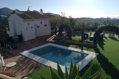 Villa con piscina privada situada a 3 km. de Frigiliana en la Costa del Sol Oriental. La villa está decorada de estilo rústico tiene y dispone de grandes ventanales que miran al mar y a las montañas. La villa dispone de un porche rústico a la entrada...