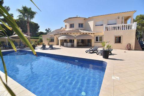Villa con piscina privada en Morara (Costa blanca) en 2ª linea de Mar, a tan solo 100 m del Mediterráneo. Esta excelente propiedad se encuentra en un lugar privilegiado, a pocos pasos del mar, 800 m de supermercado Pepe la sal y a tan solo 2,5 km del...