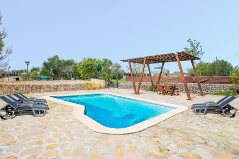 Wonderful rustic villa, with private pool, at only 1 km from Sencelles, where 8 guests find a second home. The salt private pool, 6 x 4 m large and 1 to 1.8 m depth, invites to cool off. In its surroundings, there are 8 sun loungers and an exterior s...