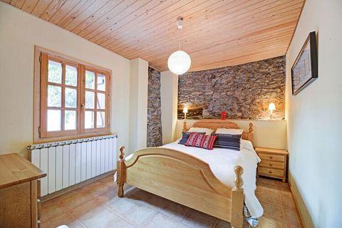 Apartamento de vacaciones en pueblo muy pequeño del Pirineo de Lleida. Entrada compartida con los propietarios. El apartmento está o en planta baja o en la 1 planta. Isavarre está situado en la comarca del Pallars Sobirà y es un pequeño pueblo de mon...