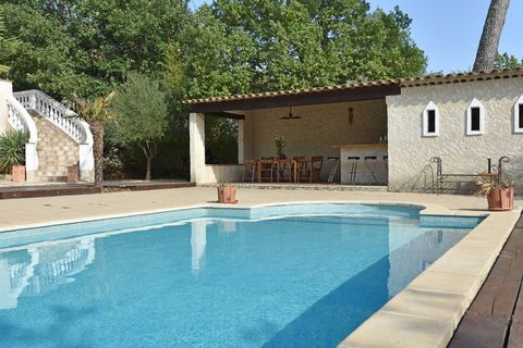 Cette vaste demeure provençale de 220 m2 a beaucoup de charme. Nichée dans le Canton de Fayence, elle se situe à 30 km de Cannes et Grasse, et 25 km des plages de Fréjus et Saint-Raphaël. Un peu plus loin au coeur du Var, se trouve La cigale de Prove...