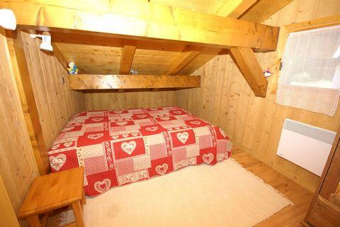 Maison de vacances caractéristique et située à un endroit calme dans la vallée de Chamonix. Elle vous offre une vue superbe sur le massif du Mont Blanc. Les sommets des Alpes dessinent le paysage et depuis votre terrasse et votre balcon vous profiter...