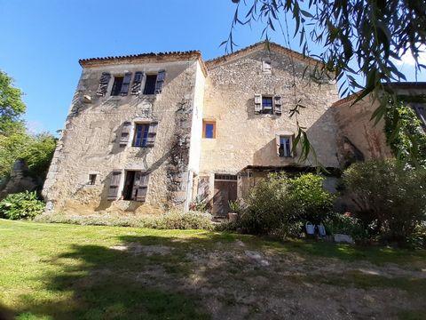 Belle maison avec de nombreuses possibilités située entre La Romieu et Condom. Entourée par la nature mais près d'une route départmentale, cette propriété du 17ème siècle a beaucoup à offrir - deux maisons dans le bâtiment principal, un gîte à rénove...