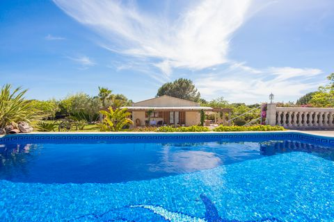 Cozy house with private pool in Muro, in the north of Majorca. It can comfortably accommodate 4 people and is ideal for small families. This lovely house features a spacious garden with more than 3000m2 of lawn, fruit trees like orange trees and a pr...