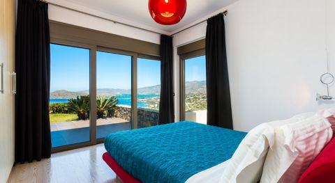 Luxury Property Elounda is modern furnished and its spacious open plan living area and the fully equipped kitchen gives you the opportunity to relax while enjoying the view. It is close to all the local amenities and the beach. There is also an infin...