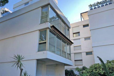 Ce bel appartement moderne est situé dans une résidence sécurisée et est le seul de toute la région à avoir un accès direct à la plage donnant sur la mer Méditerranée. Sur le domaine se trouve une grande piscine surveillée (25 x 10m) avec pataugeoire...