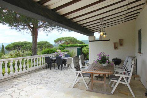Profitez de tout ce que la Côte d'Azur a à offrir ! De cette maison de vacances vous aurez tout à portée de la main. La maison est située dans un domaine de petite dimension sur une colline à quelques pas de la mer Méditerranée. Sur le domaine, vous ...