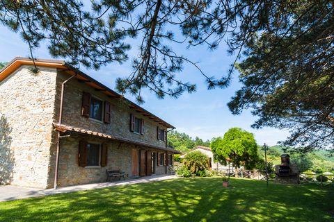 Bella casa indipendente a nord di Firenze. Le tre casette si trovano nella campagna toscana. L'ex fattoria è stata interamente ristrutturata. Si trovano in un'area tranquilla e sono arredate in modo confortevole. La zona si trova a 620 metri sul live...