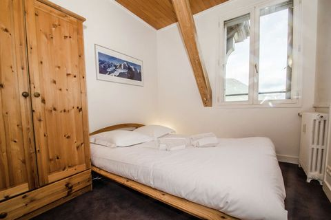 Wake up to the beautiful views of magnificent mountains in this luxurious apartment located in the Rhone Alpes. The property features 2 bedrooms and is ideal for a family or small group of 4 who have come for a ski vacation. The apartment is just 0.2...
