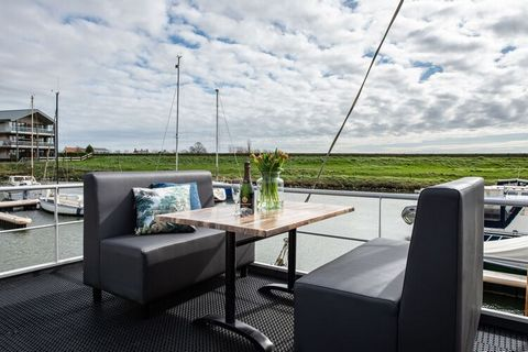 Enjoy a holiday on the water… that's possible in this new Happy Harbor water lodge, suitable for a maximum of two adults and two children, located on a jetty in the Uithaven in Kamperland (village). Waterlodge Blue Lagoon has the following layout: li...