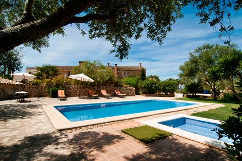 Enchanting apartment for four people set in an agrotourism with shared pool near Manacor. The estate is dated back to the 19th Century and has been reformed in 2014, conserving ancient details and the houses' original charme. During the summer it is ...