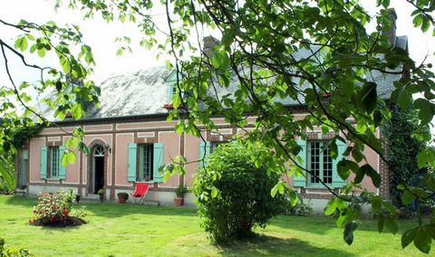 Maison dotée de beaux volumes (170 M2 environ) : salle à manger-salon avec cheminée, cuisine américaine, bureau, quatre chambres, deux salles de bain