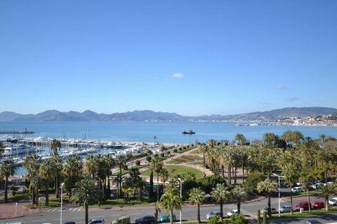 Sur le boulevard de la Croisette, à deux pas du Port Canto et des plages, dans un immeuble de luxe avec gardien, très bel appartement de 3 pièces de 1