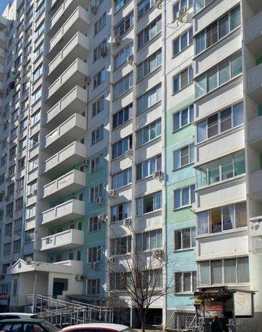 Номер объекта: 37932 Коммерческое помещение в ЖК Московский , цоколь в жилом доме. Первая линия домов. В помещении сделан ремонт (пол-плитка, стены-краска). Продается с мебелью. Подойдет под любой вид деятельности. Вход с улицы и со двора.