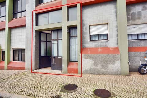 Armazém em Santa Iria de Azóia, situado na Urbanização Alto da Eira, com excelente localização, inserido em zona urbana.Facilidade de acessos viários à A1, IC2 e EN10.Situa-se na cave/traseira de um prédio, ao nível do R/C.Possui 145 m2, sendo 95 m2 ...