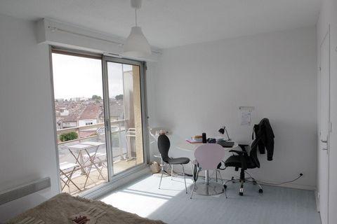 Studio CALME et LUMINEUX de 21,3 m2 donnant à l'arrière de la résidence. Il se compose d'une entrée avec cuisine équipée et grands placards ; d'une pièce à vivre donnant sur le BALCON et d'une salle de bains avec wc. Vendu loué 383,49€/mois et 45€/mo...