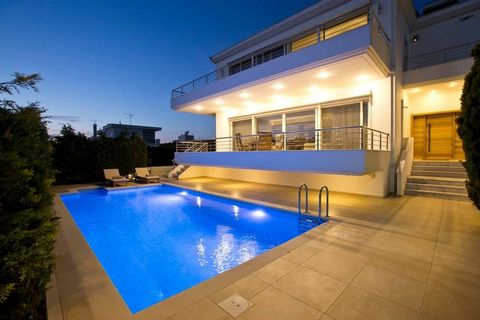 By purchasing this property you can apply for the Greek Golden Visa Program! This private detached-villa is made of high quality materials in an urban, yet quiet area of the town of Loutraki. Etages: 3 Total area: 410 m² Land: 512 m² 5 Bedrooms - 3 ...