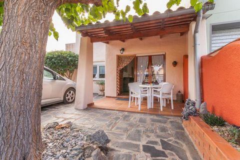 La casa está situada en una urbanización muy tranquila en Castellò d'Empúries a solo 6 km de distancia de una de la playas más grandes y de arena fina de la Costa Brava. La casa está distribuída en una sola planta, es es ideal para familias de cuatro...