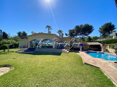 Los Arcos is a four bed and 4 bath villa located in Sotogrande Costa. It has a new modern kitchen and separate utility room. A spacious lounge with patio doors to covered terrace and BBQ area. Pretty courtyard front entrance. Swimming pool and BBQ an...
