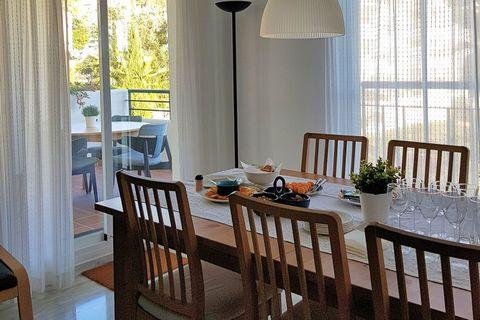 Ubicado en Alhaurín el Grande, este encantador apartamento es perfecto para una escapada de fin de semana. Tiene capacidad para 4 personas en sus 2 dormitorios. Cuenta con una piscina compartida y una terraza cubierta para relajarte después de un lar...