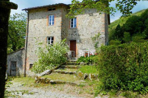 Casa Paola è una bellissima casa toscana originale, che si trova in una posizione tranquilla, è in collina. Si trova al confine tra la Toscana e la Liguria, nel parco naturale delle Alpi Apuane. La casa si sviluppa su due piani e un comodo, ambiente ...