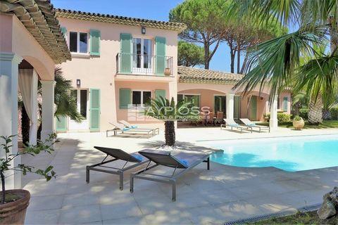 Située dans un domaine sécurisé à proximité à pieds de la plage et d'une supérette, cette villa avec piscine chauffée et aperçu mer accueille confortablement jusqu'à 10 personnes. Exposée plein sud et entourré d'un jardin méditerranéen paysagé, la vi...