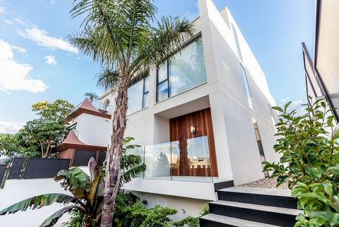 Property and Location:and#13;and#13;We are pleased to be able to offer you this exclusive modern villa in Alicante, the property is located in a quiet street in one of the best areas of the city, this top quality home is within walking distance to th...