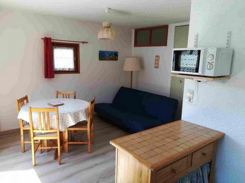 La Croix du Sud is a small residence situated in the centre of Valloire, 200m from the shops, the Cret de la Brive cable car and the meeting place for ski lessons. A public car park is also available. Resort map n°A4. Surface area : about 28 m². 2nd ...