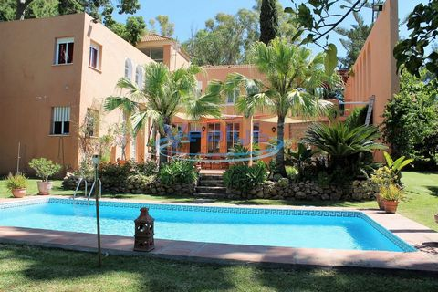 Marbella-Nueva Andalucia- Puerto Banus Fantástica villa de 5 dormitorios, 4 baños, amplio salón y cocina, bonita piscina con barbacoa, jardín tropical 1150m2, magnífica terraza amueblada de 120m2 con acceso a piscina. Ubicado en la exclusiva zona de ...