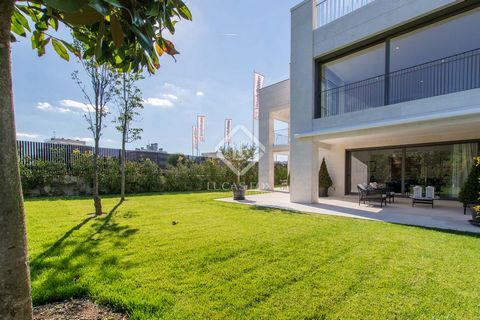 Lucas Fox is proud to present this wonderful ground floor apartment with a 333 sqm private garden in the beautiful Aravaca, just a short drive from Central Madrid. The community of El Barrial is very popular with families given its proximity to prest...