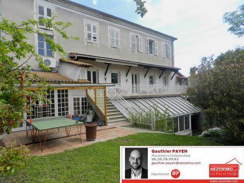 Ardèche, en centre-ville de Privas, je vous propose ce vaste appartement de 200m² composé d'un bel espace séjour/salon de 50m², d'une cuisine équpée a