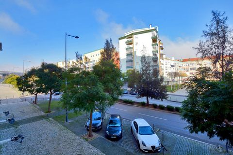 In the privileged area of Quinta do património is this property overlooking Avenida Rua state of India having at your disposal 633m2 of area. Inserted in an area with all the commerce, school, PSP and public transport and with all accessibility to Li...