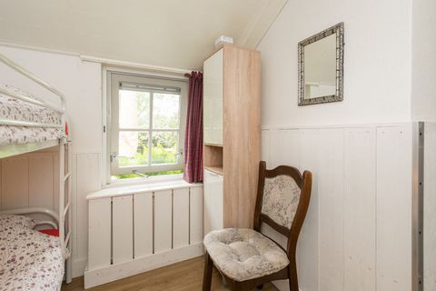 With 2 bedrooms that can cozily accommodate a small family or a friendly group of 4 persons, this is a holiday home in Twenterand. For the lovers of tranquility, the garden and terrace offer plenty of space. The holiday home is located in a rural are...