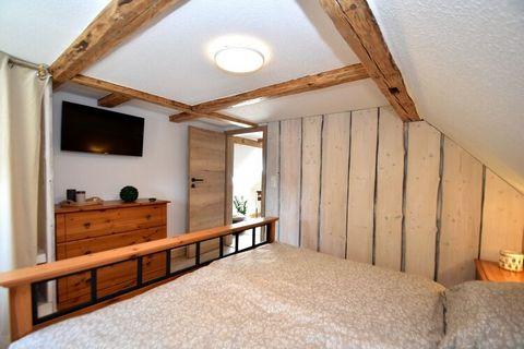 Dieses liebevoll mit Naturmaterialien gestaltete Haus liegt in Hüttenrode, einem Ortsteil der Stadt Blankenburg. Im Wohnraum sorgt ein geschmackvoll gestalteter Kachelofen für angenehme Stunden. Das Bad verwöhnt Sie mit einer Infrarotsauna und ein Wh...