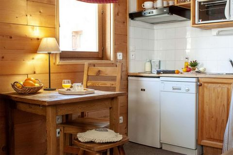 La résidence Alpina Lodge est située en plein coeur de la station de ski de prestige Val d'Isère à 1800 mètres d'altitude, dans la rue principale. Elle se trouve à quelques pas des principales remontées mécaniques de la station et à proximité de l'ES...