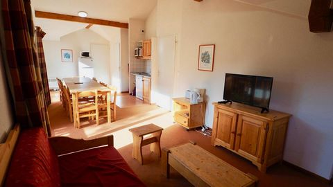 The Chalet Arrondaz C is located in the Valfréjus ski resort. You can ski directly to the Charmasson chairlift 120 meters away. The shops and the cable car are about 400 meters away. Surface area : about 90 m². 2nd floor. Orientation : West. Living r...