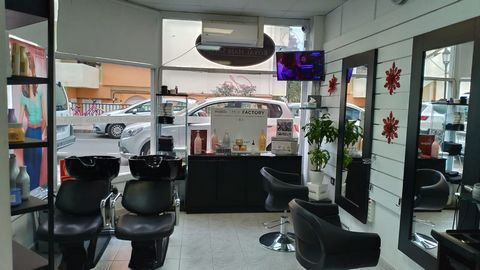 Fuerteventura: Corralejo, center of movement and businesses, very close to the main street where there are shops and bars, instead of a long walk is this commercial premises (currently a hairdresser) of 25 m2 on the ground floor with a very large gla...