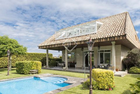 We find this beautiful villa with three levels of space, a private garden and fantastic views of the sea and mountains, in a privileged location, facing south-west towards the exit of Vigo estuary, making this point an unbeatable place in terms of vi...