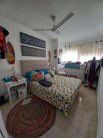 Fuerteventura, islas Canarias. Corralejo, pueblo de tiendas, restaurantes, bares y locales. Este piso se encuentra en el centro, en zona tranquila, a 300 metros de la parada del autobús, 300 metros del supermercado. Cocina comedor, salón, 1 dormitori...