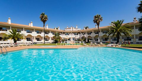 Apartment, inserted in a tourist development, for s ale , Moncarapach o , Algarve. Fully furnished property , equipped kitchen and living room with fireplace and access to balcony . This development features swimming pool,  garden and golf course. L...