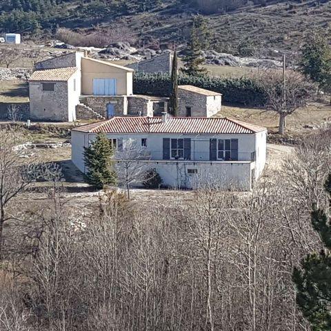 Jolie villa récente de 120m2 habitable sur 1735m2 de terrain posée sur les hauteurs d'un hameau au milieu des champs de lavandes. Elle est composée d'