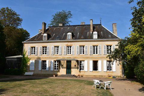 Demeure traditionnelle avec piscine privée, dans un cadre tranquille ! Cette demeure, qui a beaucoup de caractère, est située au bord de la Loire en Bourgogne, à 6 km de Bourbon-Lancy. Elle se trouve au milieu d'un parc de 3 hectares, privé de et clô...