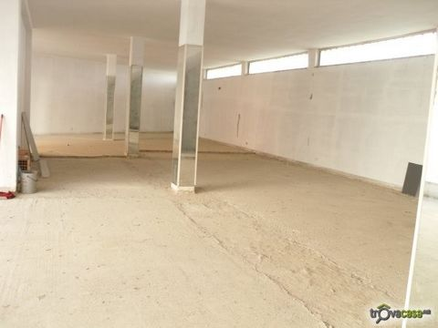 Commercial space for rent in Montescaglioso. The building includes 3 levels, i.e. ground level and raised ground level + two underground levels having separate entrance. The commercial space is located close to the centre of Montescaglioso (Matera) a...