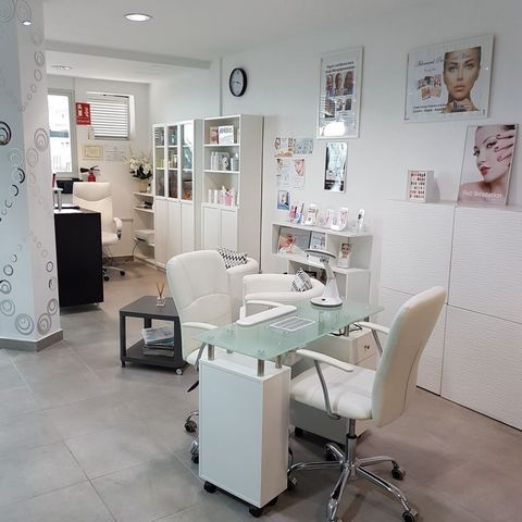 We have just been instructed to sell this fully licensed hair and beauty salon located in Costa Adeje. The business is fully operational and offers a wide range of treatments giving it a wide variety of clientele There is easy and plentiful parking a...